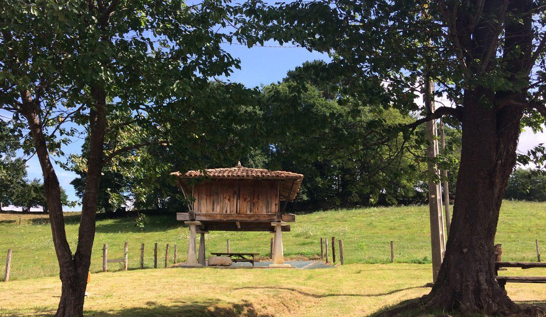 3241 El Mortorio Asturias pueblo entero vistas montanas whole village mountain view horreo