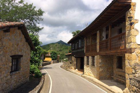 3243 El Mortorio Asturias pueblo entero vistas montanas whole village mountain view calle