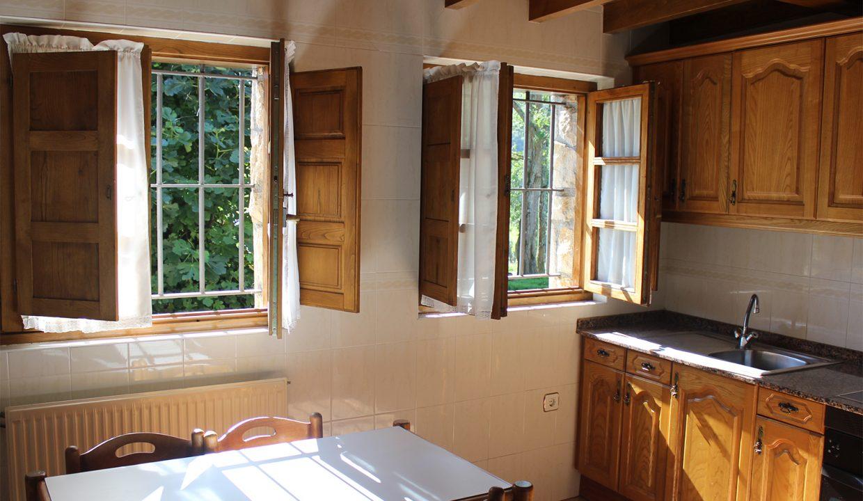 7603 El Mortorio Asturias pueblo entero vistas montanas whole village mountain view cocina kitchen